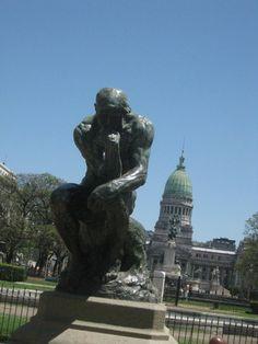 El Pensador y el Congreso de la Nación, Buenos Aires, Argentina, NOV 2010. Fotografía por Walter Avila