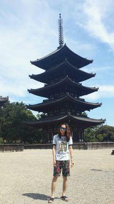 일본 여행 중인  머리 긴 남자