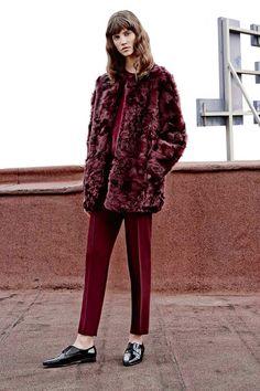 ¿NADA QUÉ PONERTE? Date un baño de #Marsala -el color de 2015, según Pantone- y súmate a la tendencia de los 'furry coats' con un abrigo de tacto irresistible.