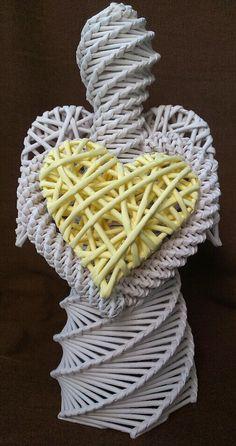 Pletený bílý anděl se žlutým srdcem z papírového pedigu