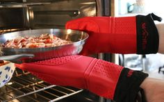 Top 10 Best Oven Gloves of 2017 - Reviews - http://www.savantmag.com/best-oven-gloves-mitts/