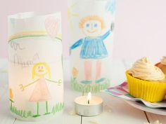 DIY Knutsel cadeau, zelf versierde waxine lichtjes met bakpapier. Diys, Christmas Crafts, Place Cards, Candle Holders, Place Card Holders, Candles, Tableware, School, Winter