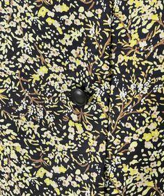 シャツ・ブラウス Fabric Patterns, Flower Patterns, Print Patterns, Print Ideas, Ditsy Floral, Small Flowers, Textile Design, Flower Prints, Printing On Fabric
