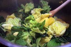 Zutaten für 4 Portionen: 1 Wirsing-Kopf ca. 6-8 festkochende Kartoffeln (je nach Größe) 300g gemischtes Hackfleisch 1-2 Zwiebeln 1-2 Knoblauchzehen 1 Becher Schmand 300-400ml Gemüsebrühe Öl, Salz und Pfeffer