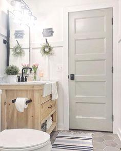 ⠀#styledbathroom #farmhousebathroom #flowers #springdecor #americanfarmhouse #bathroomdesign #americanfarmhouse #decorsteals #decorstealsaddict