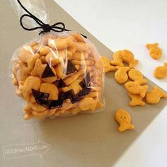 Pumpkin goodie bags using gold fish crackers, a sandwich baggie, sharpie, and black yarn to tie shut. Perfect for preschoolers