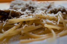 Espagueti con una salsa carbonara tradicional a base de huevo, AOVE y pimienta, unos champiñones y el queso rallado de rigor. Cremosa, pero no grasa como cuando la hacemos con nata.