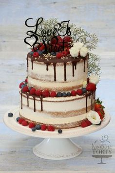 naked cake mit Beeren und Schokoglasur – sieht super lecker aus – Hochzeitskleid naked cake with berries and chocolate icing – looks super delicious! Bolo Geode, Geode Cake, Naked Wedding Cake With Fruit, Nake Cake, Engagement Cakes, Oval Engagement, Traditional Cakes, Chocolate Icing, Chocolate Wedding Cakes