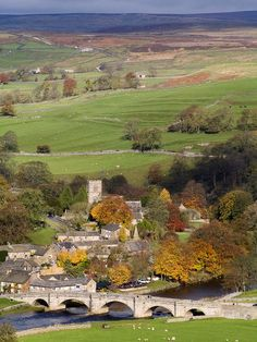 Burnsall village in autumn. Burnsall is a village and civil parish in the Yorkshire Dales National Park, Craven district of North Yorkshire, England. Yorkshire England, Yorkshire Dales, North Yorkshire, Nature Sauvage, English Village, British Countryside, Beaux Villages, England And Scotland, British Isles