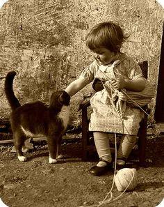 Il n'y a pas d'âge pour commencer : le tricot ? ou courir après sa balle de laine que le chat a volée ?