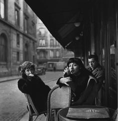 Juliette Greco au café Le Bonaparte, Place St.-Germain-des-Prés., Paris 1948. (photo: Karl Bissinger)