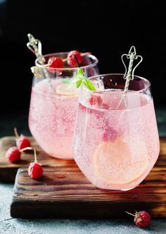 Le cocktail idéal pour les fêtes, facile à réaliser, qui épatera vos convives ! Cocktails For Parties, Holiday Cocktails, Summer Cocktails, Wine Parties, Food Inspiration, Love Food, Food Porn, Brunch, Food And Drink