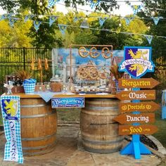 🍻Cheers with beers with a backyard Oktoberfest Party. Get all 🍻Cheers mit Bier mit einem Hinterhof Oktoberfest Party. Yard Party, Deck Party, Festival Party, Oktoberfest Decorations, Beer Party Decorations, Wein Parties, Octoberfest Party, German Oktoberfest, Decoration Table