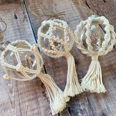 Fall Festival Decorations, Shabby Chic Christmas Decorations, Christmas Baubles, Christmas Christmas, Yarn Crafts, Holiday Crafts, Craft Show Ideas, Macrame Design, Macrame Projects