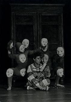 Esta imagen hace referencia a la educación artística porque en el teatro como una de las bellas artes, se retoma el lenguaje de la expresividad y de la metáfora como argumento artístico (Sánchez, G., 2010:27), construyéndose así sistemas simbólicos para el desarrollo de los procesos que se articulan con la educación estética.