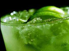 #CocktailConGuaro Azúcar + Limón + Uvas + Kiwi en trozos y Aguardiente colombiano!!! Recetas para celebrar #AmorYAmistad