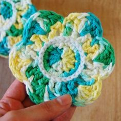 Make your own crochet flower coasters with this free pattern! Back them with felt for added durability and a finished touch.