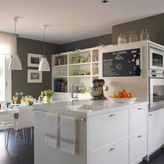 La estancia goza de mucha luz natural: Cocinas de estilo moderno de DEULONDER arquitectura domestica