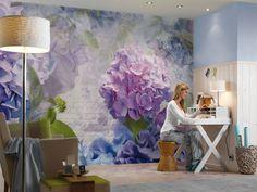 Praxis | Grote blauw paarse bloemen op de muur.