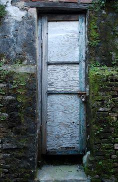 Hoi An, Vietnam #photo #porte #door #voyage #travel #bois #wood #mousse  Via http://tofuphotography.blogspot.ca/2008/08/hoi-door.html