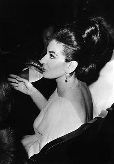 Maria Callas - Paris (1966) Maria Callas, Classical Opera, Classical Music, Divas, Heaviest Woman, Portraits, Opera Singers, Star Wars, Amazing Pics