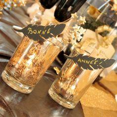 Pluma de madera en pinza. Año nuevo decoración mesa de fiestas