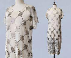 SELTENE 1920er Jahre Kleid / ASSUIT 20 s Flapper Dress / weiss Net und Gehämmerte Metall / ägyptischen Revival / geometrische / schimmernden erstaunlich