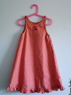 Taille du modèle: 8 ans C'est une robe qui fait beaucoup d'effet et se … Size of the model: 8 years old It is a dress that makes a lot of effect and comes true very quickly. Frocks For Girls, Little Girl Dresses, Girls Dresses, Kids Dress Wear, Kids Gown, Kids Dress Patterns, Kids Frocks Design, Kind Mode, Kids Outfits