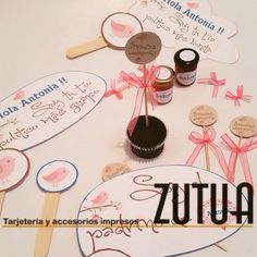 ✨TARJETERIA EXCLUSIVA ✨   Diseño: Letreros, mermeladas y ponques personaluzados  Evento: Baby Shower   #tarjetas #tzutuha  #tarjeteria #bodas #zutuha #tzutuha #recordatorios  #agradecimiento #wedding #cards #zutua #tarjeteria #bo #bogota #co #colombia #eventossociales #boda #babyshowercolombia #mermeladas #letreros #ponques Baby Shower, Place Cards, Place Card Holders, Handmade Cards, Stall Signs, Colombia, Weddings, Babyshower, Baby Showers