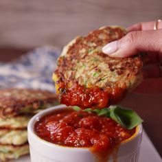 Parmesan Zucchini Fritters These fritters taste like summer! Veggie Dishes, Veggie Recipes, Vegetarian Recipes, Cooking Recipes, Healthy Recipes, Dip Recipes, Good Food, Yummy Food, Tasty