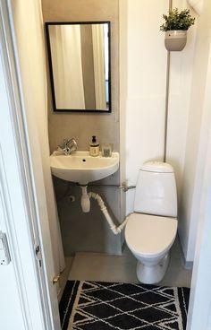 Se, hvordan Pernille forvandlede sit slidte badeværelse med linoleum til et cool velværerum - på budget   Boligmagasinet.dk Toilet, Budget, Furniture, Home Decor, Handy Man, Bathroom Ideas, Villa, Flush Toilet, Decoration Home