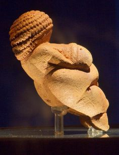 Venus of Willendorf right - Venus de Willendorf - Wikipedia, la enciclopedia libre