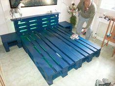 Munissez vous d'une bombe de peinture bleue (ou dans une autre couleur) pour peindre rapidement votre lit palette
