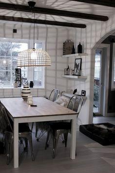 matsal, insredningstips, inspiration, matbord, matstolar, fårskinn på stolar, taklampa av korg, watt & veke, hyllor, svart och vitt, trärena detaljer, vas omaggio från kähler, stålstolar, vita väggar, valv, vitt golv,