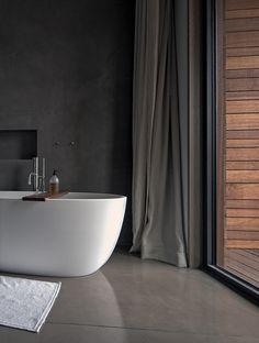 Stark, dieses Badezimmer. Die dunklen Wände und Vorhänge bringen die freistehende Badewanne besonders gut zur Geltung! #bathroomdesign #masculine