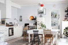 Keittiöön mahtuu suuri ruokapöytä. Ikean liesituuletin on koteloitu piiloon. Keittiöstä on käynti Juliuksen huoneeseen.