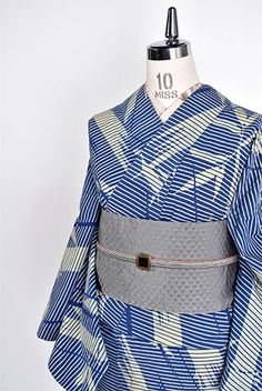 スモークがかった藍と生成りの二色で染め出された細やかな横縞に、凛と伸びる竹と、五月雨のような斜め縞が重ねられた注染レトロ浴衣です。