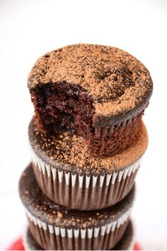 Fudgy Vegan Beet Cupcakes are delicious and very healthy dessert. Fudgy cupcakes are made with pureed roasted beets. Beets is very healthy to eat and in pair Baker Recipes, Vegan Recipes, Sweet Recipes, Cupcake Recipes, Cupcake Cakes, Sweet Potato Chips, Vegan Treats, Healthy Desserts, Healthy Cupcakes