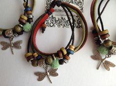 Pulsera de cuero y cordón con nudo corredizo, abalorios de colores y charm plateado libélula.