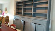 Librería pintada en gris