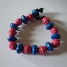 Bracelet de perles bleues et roses / bois et laine / 16 cm