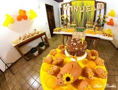 Festa Infantil - A Porquinha Manuela e o Girassol. Uma decoração linda e alegre para 1 aninho da Manuela. Detalhe painel com fitas de cetim e nome em tecido...