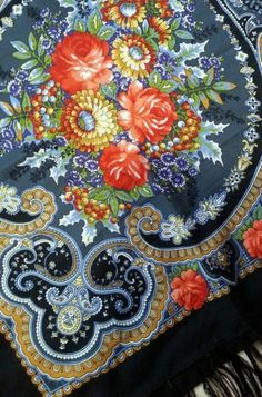 Russian Pavlovsky Posad shawl. This is Autumn Lace, 125 cm (49 inches). very beautiful! Floral pattern. #folk #Russian #shawl