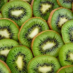 How to make dried kiwi in the oven or food dehydrator for a healthy snack See how to make dried kiwi in the oven or with a food dehydrator to add this healthy dried fruit snack to trail mix granola or breakfast yogurt bowls. Dried Strawberries, Dried Fruit, Dehydrator Recipes, Food Processor Recipes, Fruit Dehydrator, Fruit Snacks, Healthy Snacks, Healthy Soups, Immune System