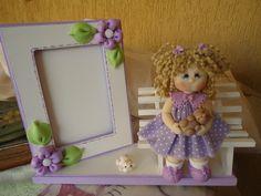 Porta Retrato em Madeira - Porta retrato em madeira com detalhes e menina modelados em biscuit. - Fotolog