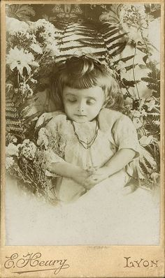 This site exists to discredit the idea of the Victorian standing post mortem photo. Post mortem photos do exist, but none of them are stand alone. Photo Post Mortem, Post Mortem Pictures, Louis Daguerre, Victorian Photos, Victorian Era, Memento Mori, Vintage Photographs, Vintage Photos, Post Mortem Photography