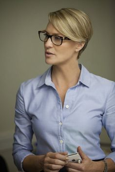 Oxford shirt and thick rimmed glasses - looks amazing on Robin Wright as Claire Underwood on House of Cards Claire Underwood Style, Clare Underwood, Frank Underwood, Preppy Hairstyles, Cropped Hairstyles, Short Hair Cuts, Short Hair Styles, House Of Cards, Style Icons