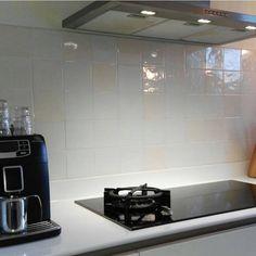 Strakke witte moderne keuken met Friese witjes gecombineerd (warme mix).