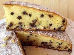 La torta con gocce di cioccolato bimby è un dolce che piace a grandi e piccini. A colazione e merenda, è perfetta da inzuppare nel latte.
