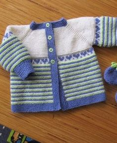 Here's the German translation - Baby Cardi Kraus rechts gestrickt, courtesy of Susanne. Knitting Baby Girl, Baby Cardigan Knitting Pattern Free, Crochet Baby Sweaters, Baby Sweater Patterns, Baby Girl Sweaters, Sweater Knitting Patterns, Baby Patterns, Baby Outfits, Knitted Baby Clothes